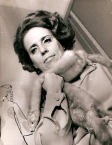 Zuzu Angel (1921-1976) Zuleika Angel Jones, a Zuzu Angel, usou a moda como protesto. A mineira teve seu filho morto no período de ditadura militar
