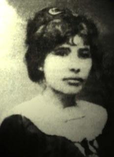 """Celina Guimarães Viana foi a primeira eleitora do Brasil. Para isso, ela fez um requerimento se baseando em uma lei recém-promulgada no Rio Grande do Norte, que enunciava: """"No Rio Grande do Norte, poderão votar e ser votados, sem distinção de sexos, todos os cidadãos que reunirem as condições exigidas por lei"""". Ao votar em 5 de abril de 1928, na cidade de Mossoró, ela se torna a primeira mulher brasileira a fazê-lo."""