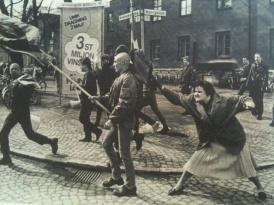 Sueca atinge manifestante neo-Nazista com sua bolsa. Ela seria sobrevivente de um campo de concentração – 1985